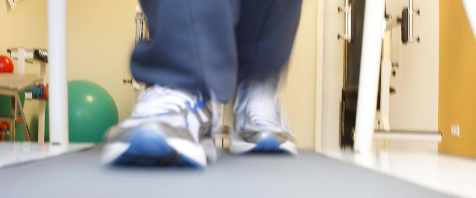 Schuhe eins Patienten der auf einem Laufband läuft im MEDIAN Reha-Zentrum Bad Berka Adelsberg-Klinik