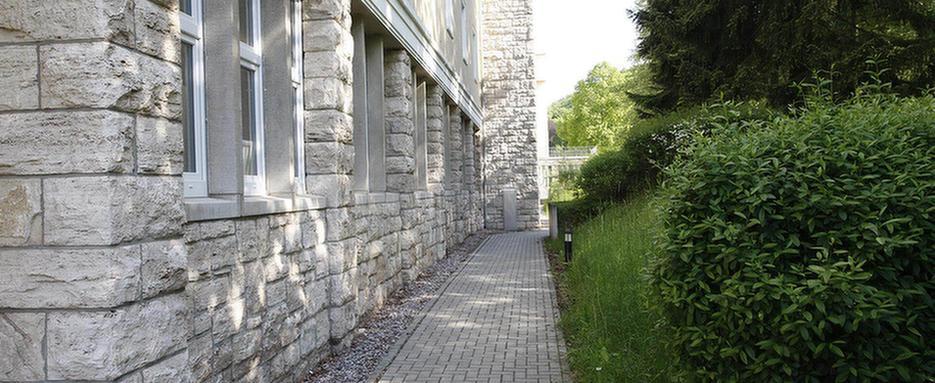 Weg durch den Garten der MEDIAN Reha-Zentrum Bad Berka Adelsberg-Klinik