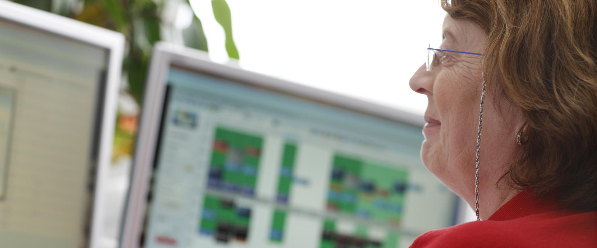 Patientin nutzt das Internet im MEDIAN Reha-Zentrum Bad Berka Ilmtal-Klinik