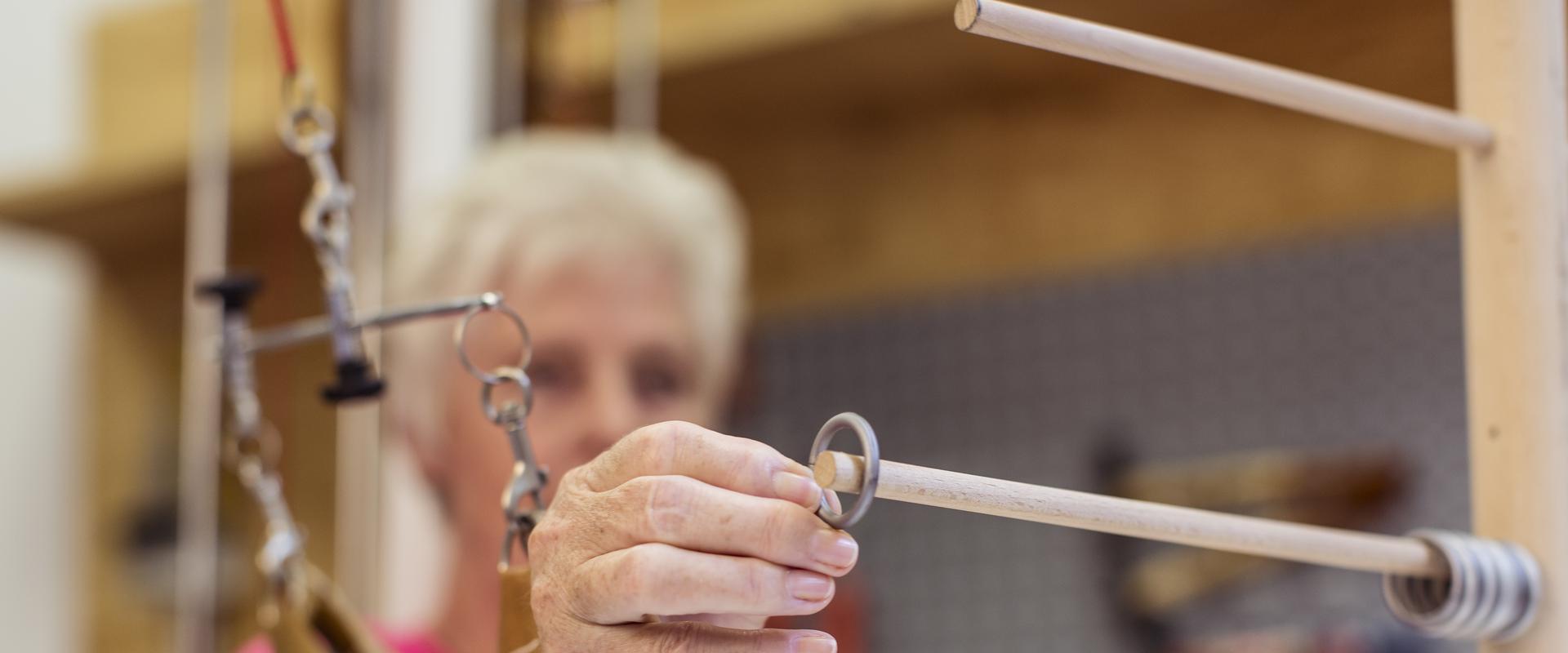 Patient arbeitet an einer Holzkonstruktion im MEDIAN Reha-Zentrum Bad Bertrich