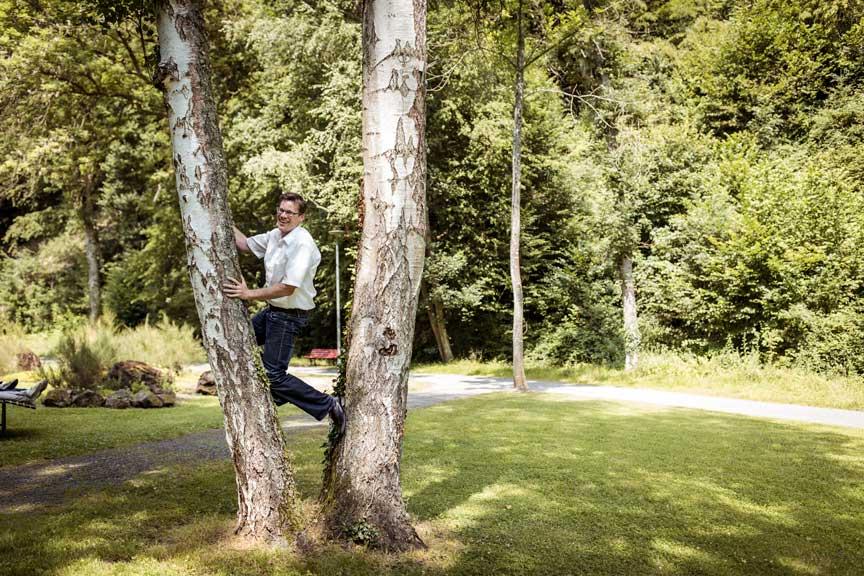 MEDIAN Reha-Zentrum Bad Bertrich Mann klettert auf Baum