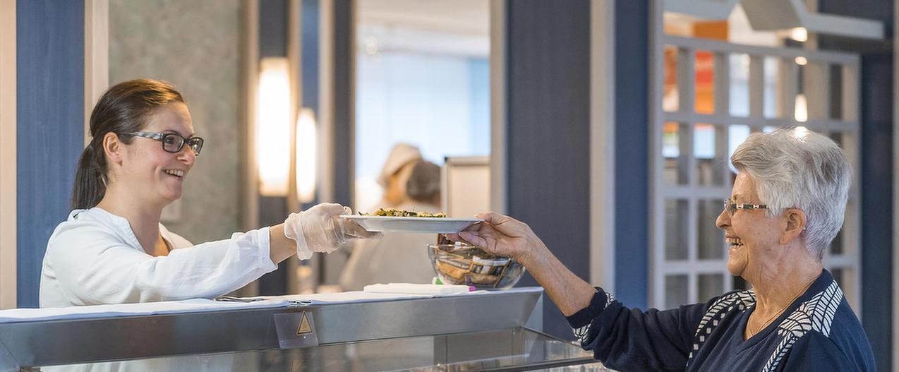 Frau an der Essensausgabe der MEDIAN Hohenfeld-Klinik Bad Camberg