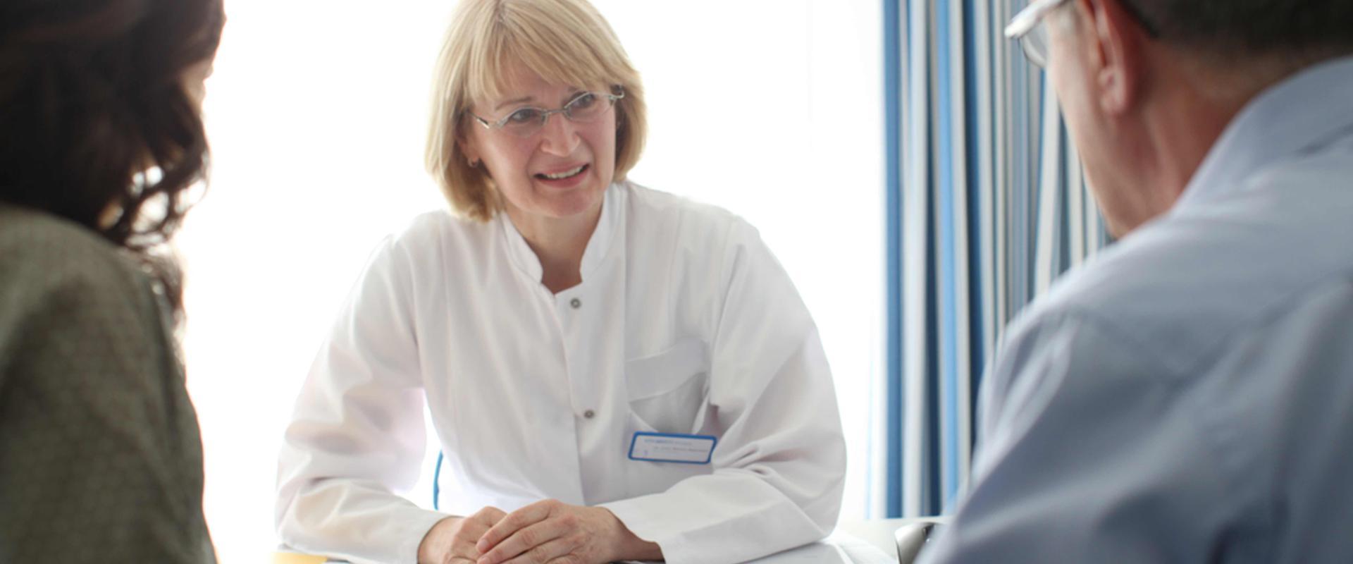 Ärztin im Gespräch mit Patienten in der MEDIAN Klinik Bad Colberg