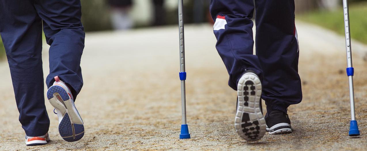 Patient läuft mit Krücken in der MEDIAN Klinik Bad Colberg