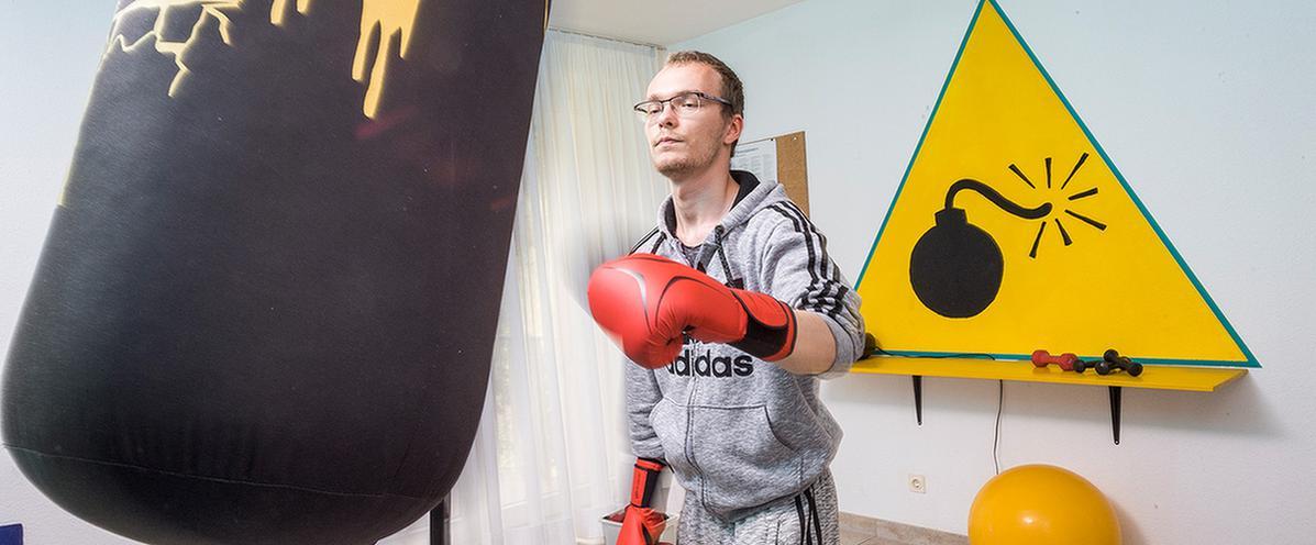 Ein Patient boxt in seiner Freizeit im MEDIAN Albert-Schweitzer-Haus Bad Dürkheim