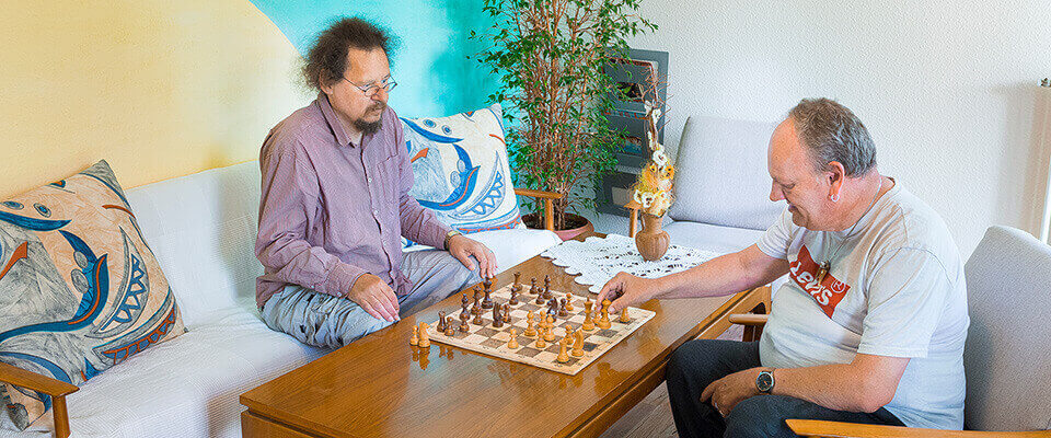 Gemeinsames Schachspiel in dem MEDIAN Albert-Schweitzer-Haus Bad Dürkheim