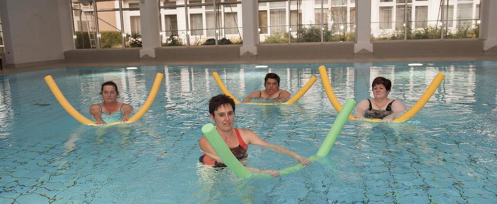 Patientinnen schwimmen im Schwimmbecken der MEDIAN Park-Klinik Bad Dürkheim
