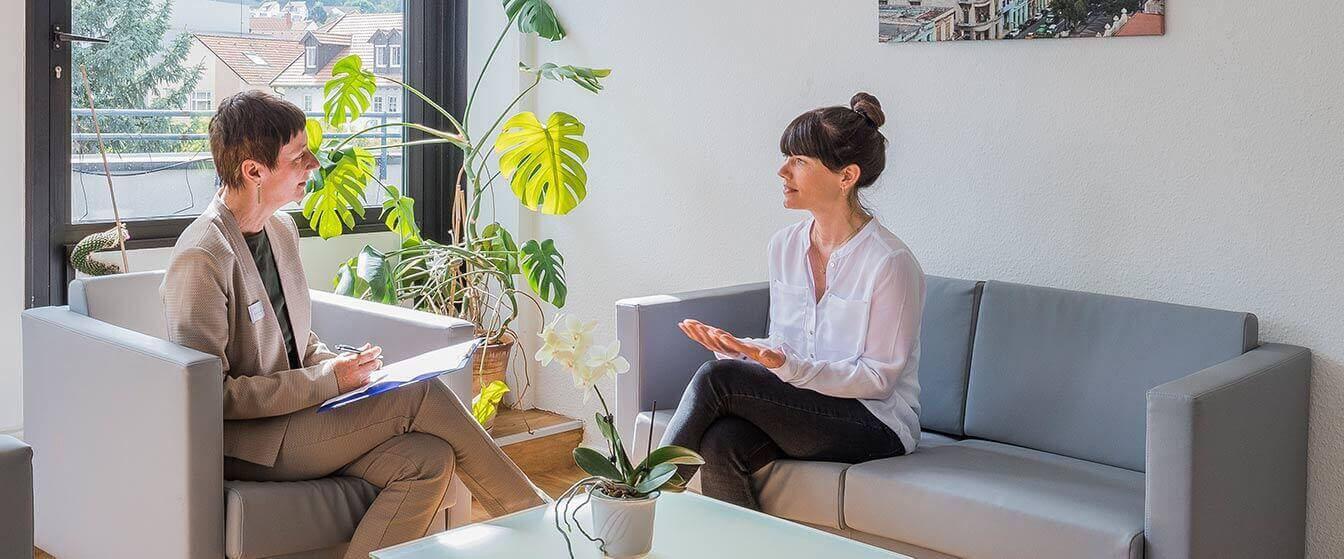 Mitarbeiterin im Kundengespräch in der MEDIAN Klinik für Psychosomatik Bad Dürkheim