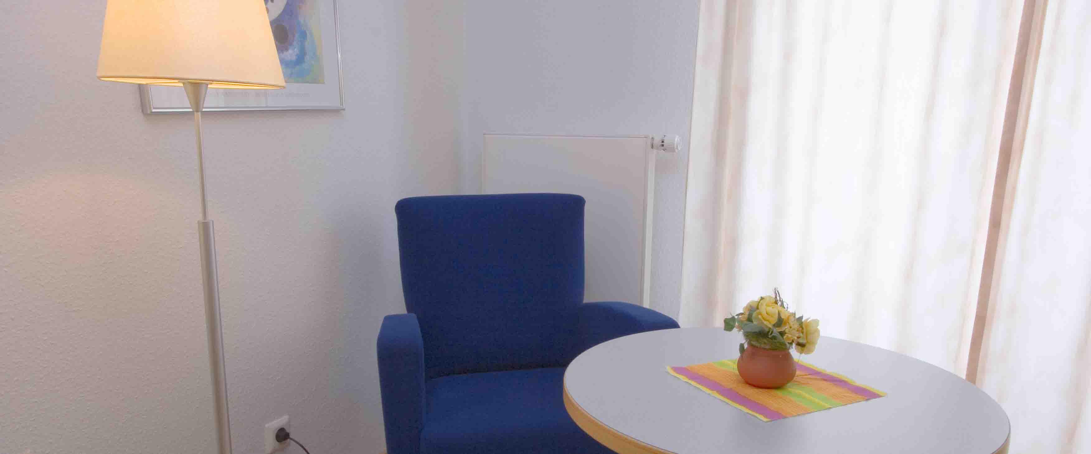 Sitzecke in einem Zimmer der MEDIAN Klinik für Psychosomatik Bad Dürkheim