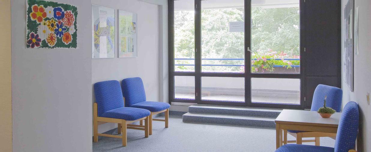 Stühle im Flur in der MEDIAN Klinik für Psychosomatik Bad Dürkheim