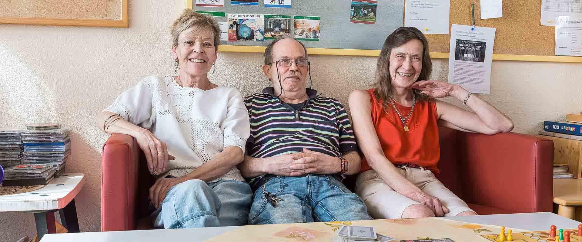 Drei Patienten sitzen auf dem Sofa im MEDIAN Soziotherapeutischs Zentrum Bad Dürkheim