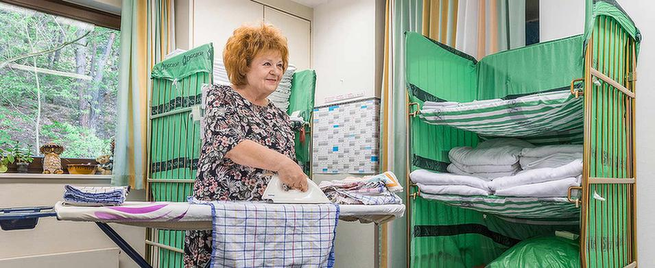 Hausfrau beim Bügeln im MEDIAN Soziotherapeutisches Zentrum Bad Dürkheim