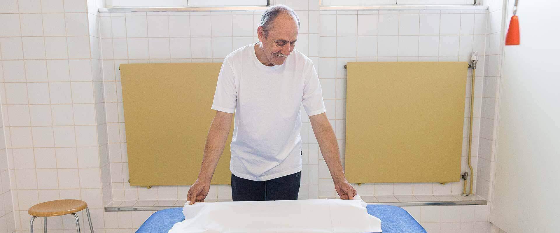 Mann in einem Badezimmer des MEDIAN Soziotherapeutisches Zentrum Bad Dürkheim