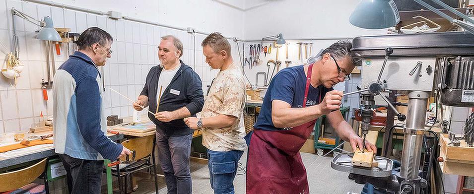 Patienten arbeiten zusammen mit einem Betreuer in einer Werkstatt im MEDIAN Soziotherapeutisches Zentrum Bad Dürkheim