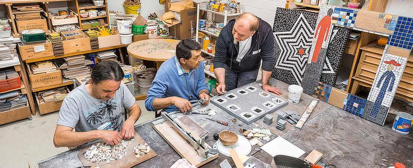 Gemeinsam basteln in der Werkstatt des MEDIAN Soziotherapeutisches Zentrums Bad Dürkheim