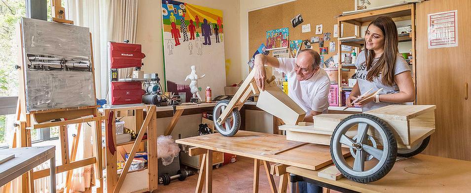 Patienten bauen ein Dreirad in der Werkstatt des MEDIAN Soziotherapeutisches Zentrum Bad Dürkheim