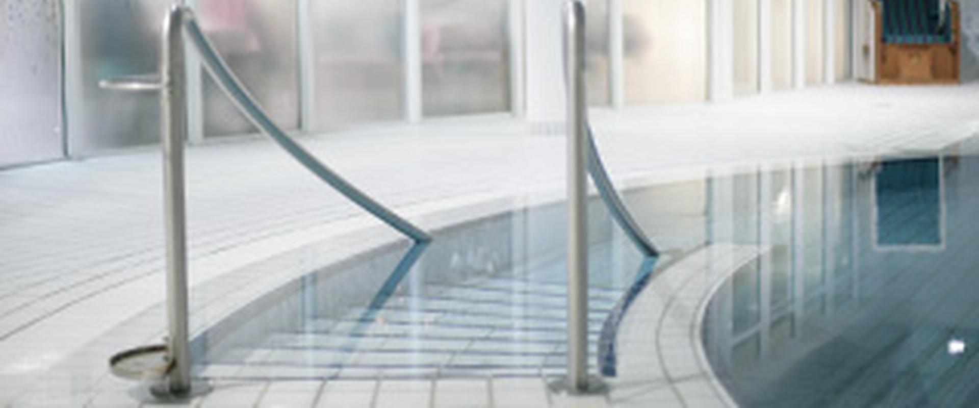 Einstieg in ein Schwimmbecken in der MEDIAN Frankenpark-Klinik Bad Kissingen