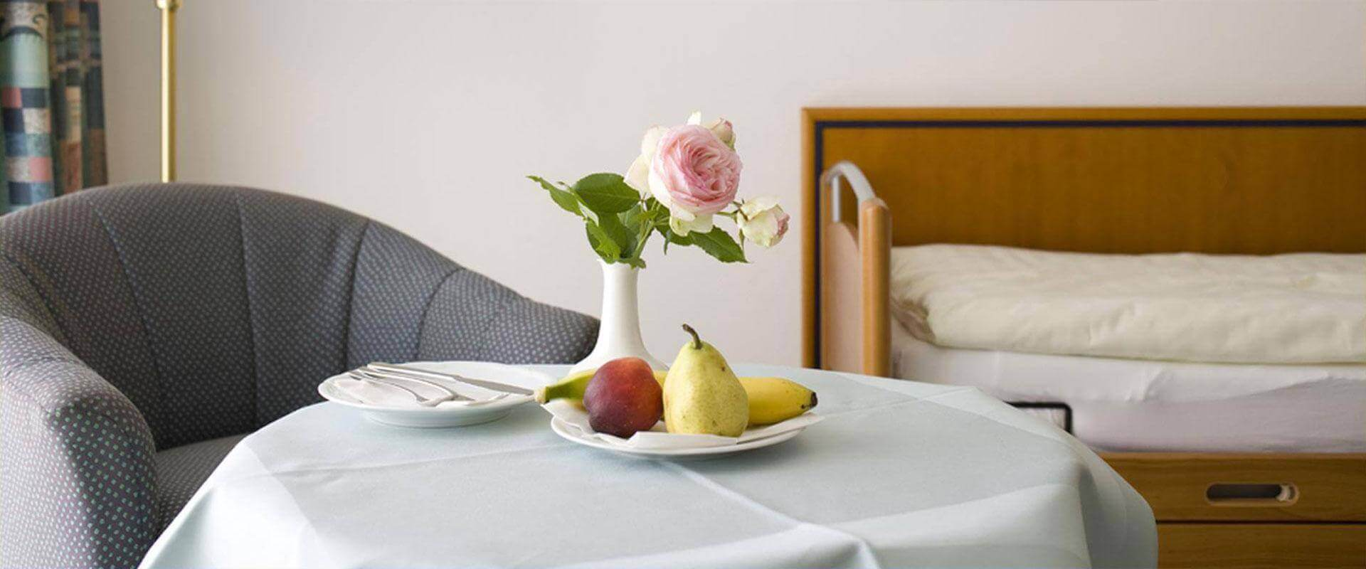 Obstteller in einem Zimmer der MEDIAN Frankenpark Klinik Bad Kissingen