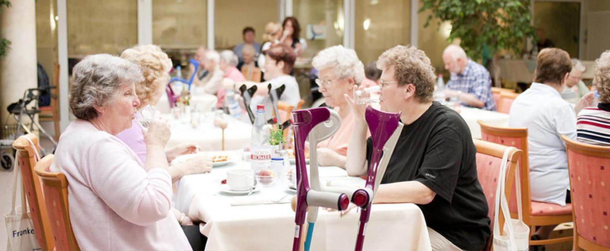 Patienten beim Essen im Speisesaal der MEDIAN Frankenpark Klinik Bad Kissingen