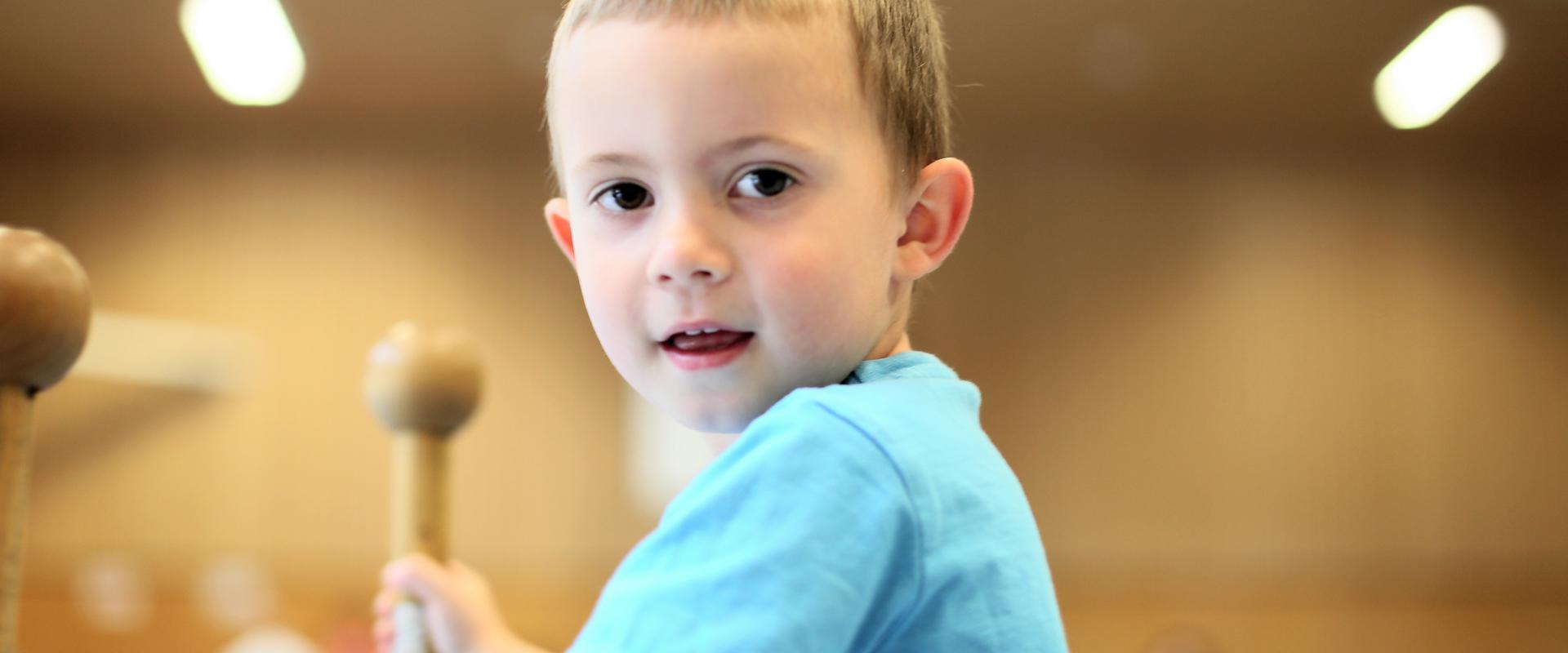 Kind hält sich an Holzstangen fest in der MEDIAN Kinder- und Jugendklinik Beelitz