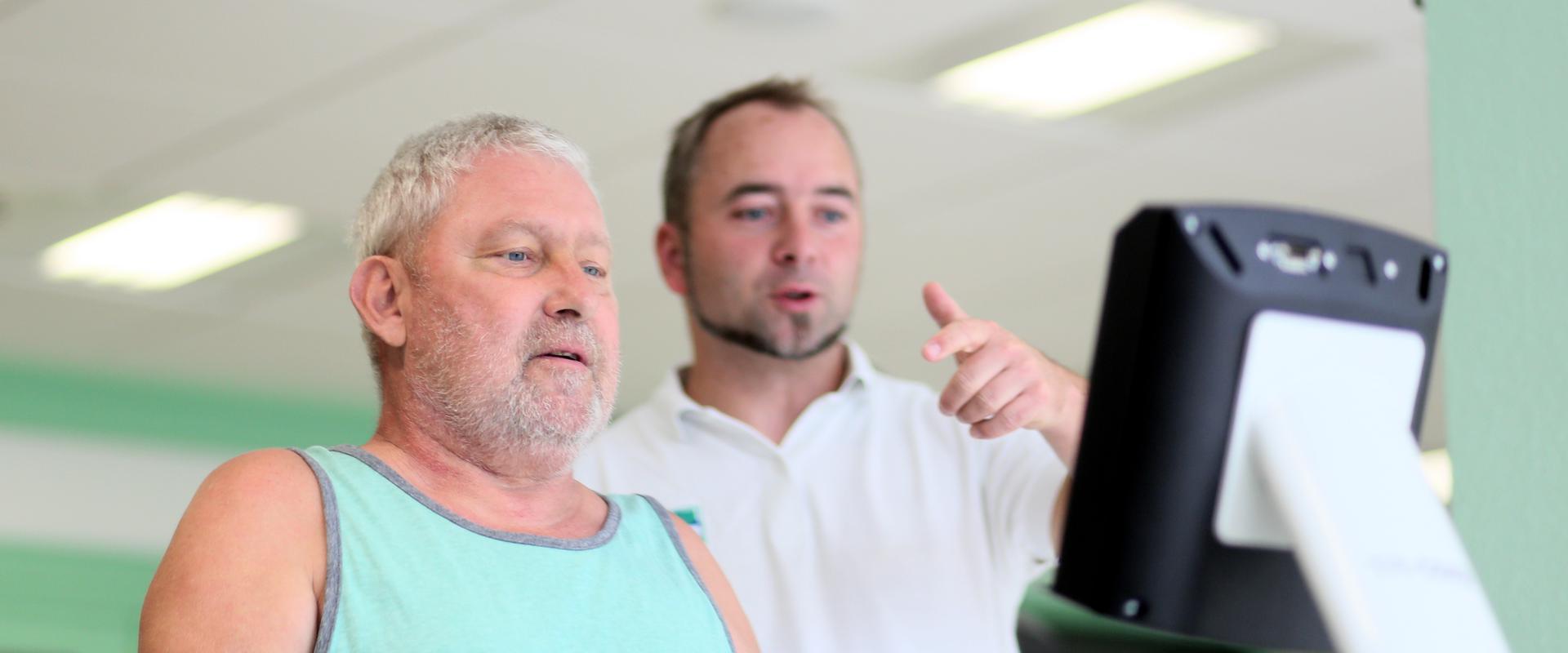 Patient wird beim Training vom Therapeuten unterstützt in der MEDIAN Saale Klinik Bad Kösen Klinik I