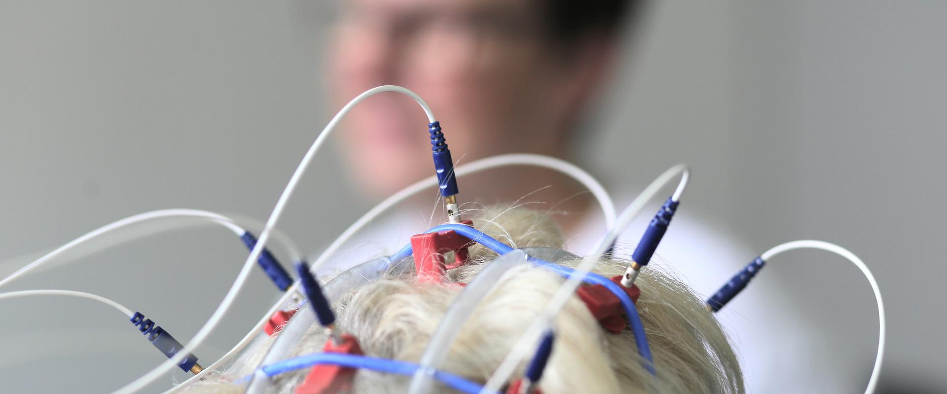 Kopf einer Patientin wurde verkabelt in der MEDIAN Buchberg-Klinik Bad Tölz