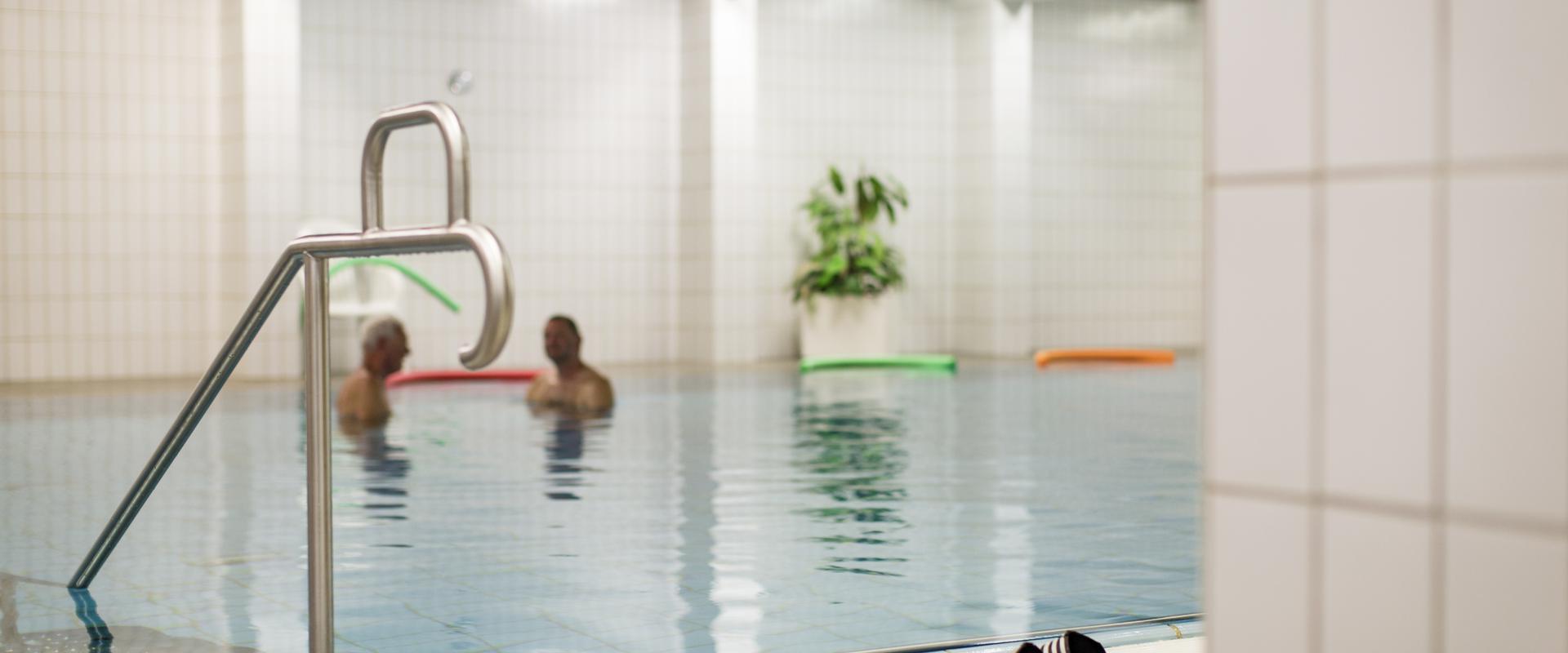 Patienten schwimmen im Schwimmbad in der MEDIAN Klinik Bad Lausick