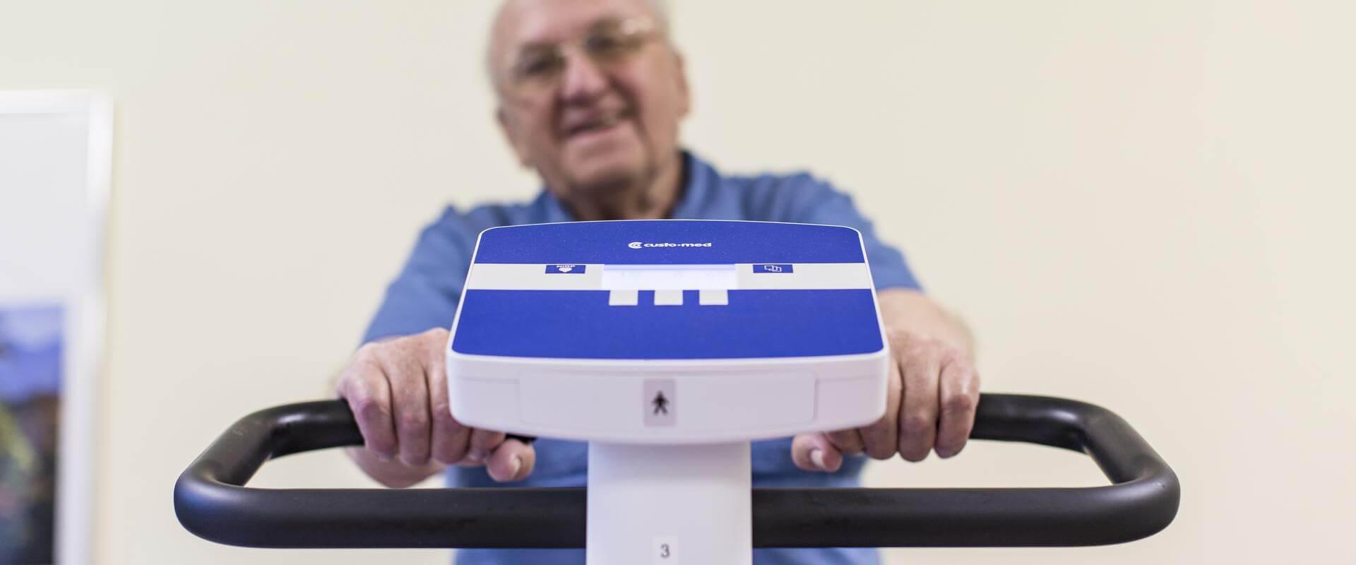 Patient trainiert an einem Fitnessgerät in der MEDIAN Klinik Bad Lausick