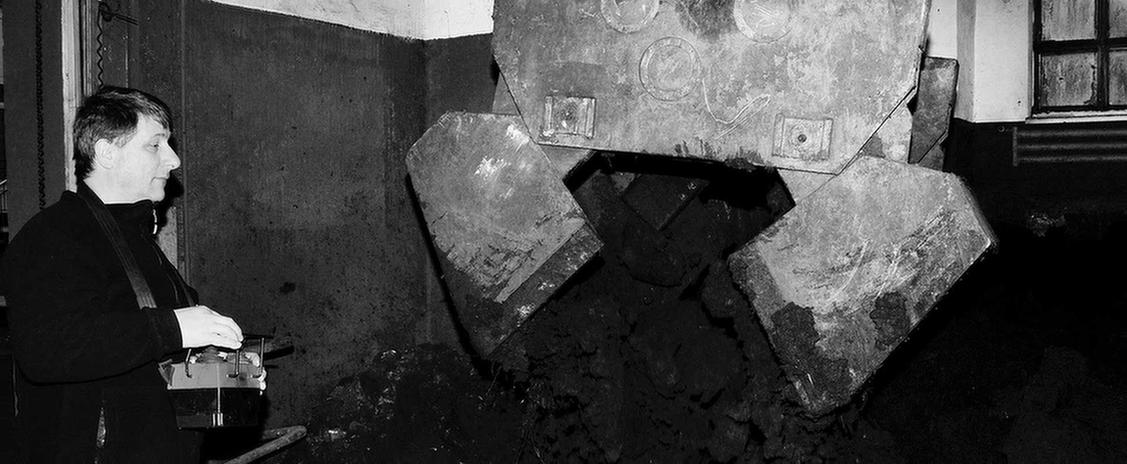 Mann steht in einem heruntergekommenen Raum in der MEDIAN Fontana-Klinik Bad Liebenwerda