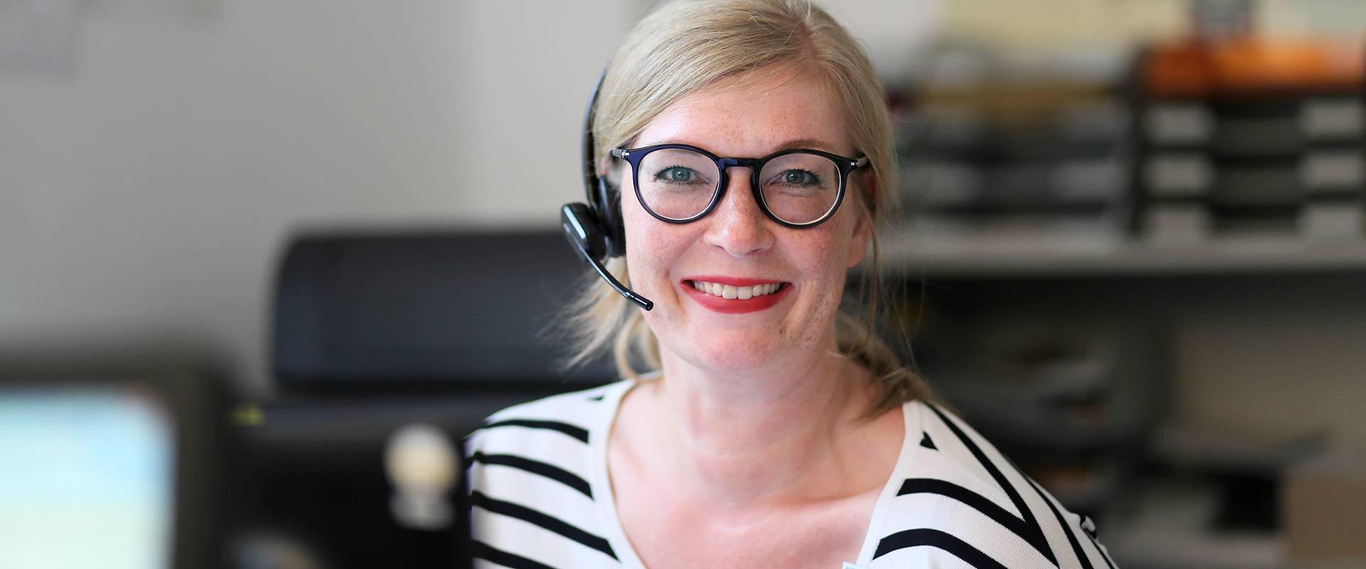 Frau an der Anmeldung und Aufnahme des MEDIAN Zentrum für Verhaltensmedizin Bad Pyrmont – Fachkrankenhaus