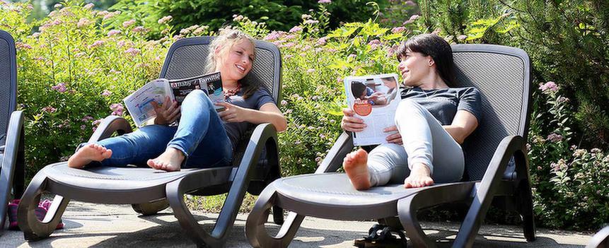 Zwei Patienten lesen im MEDIAN Zentrum für Verhaltensmedizin Bad Pyrmont – Klinik für Psychosomatik