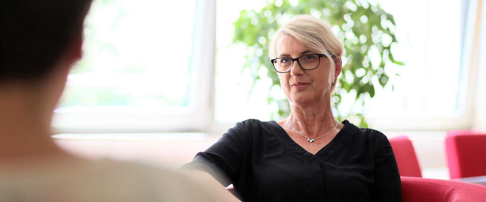 Patientin spricht mit einem Arzt im MEDIAN Zentrum für Verhaltensmedizin Bad Pyrmont Klinik für Psychosomatik