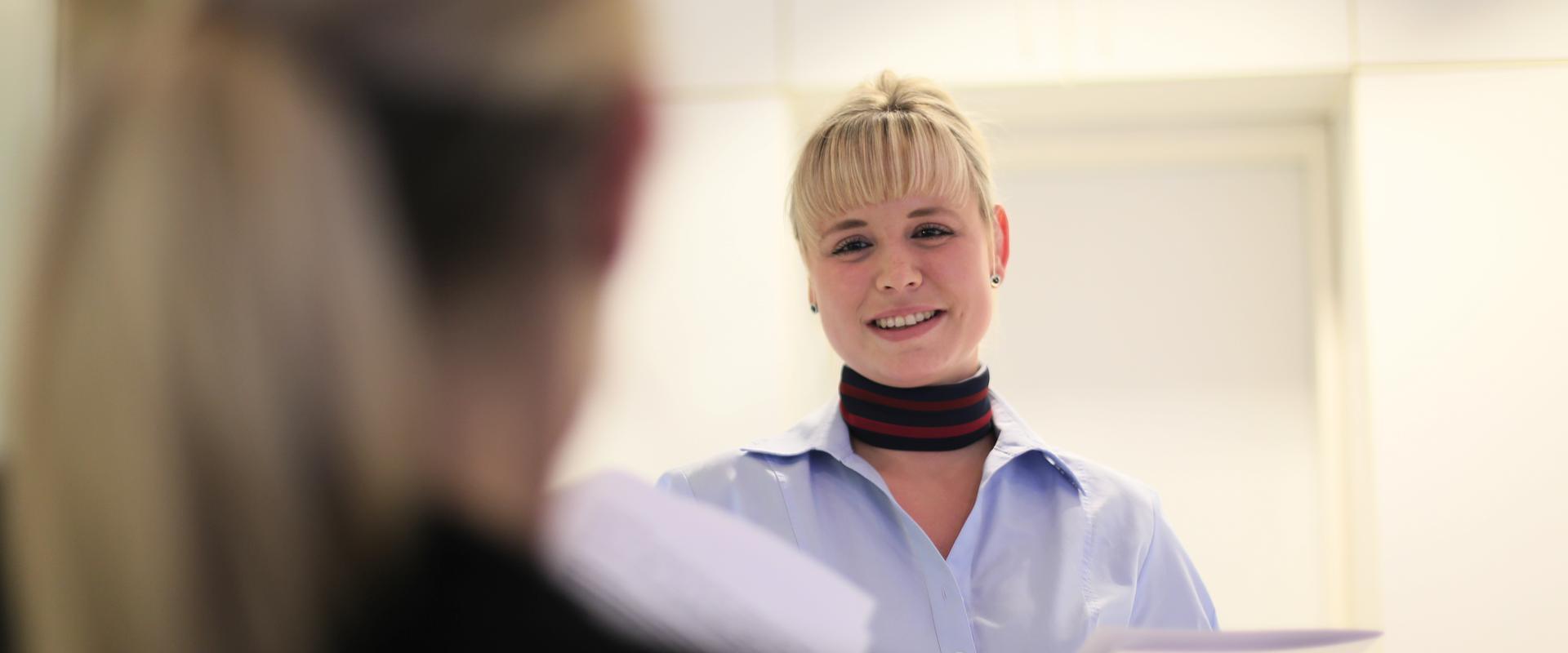 Therapeutin spricht mit einer Patientin in der MEDIAN Klinik Bad Tennstedt