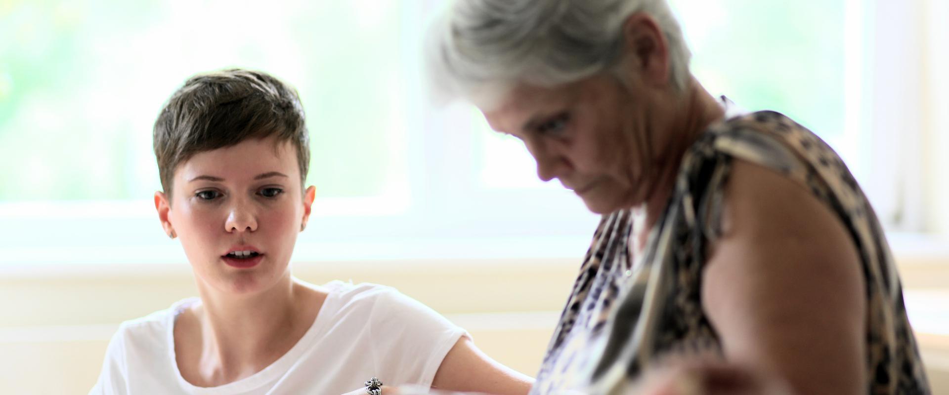 Junge wird von einer Therapeutin behandelt in der MEDIAN Klinik Bad Tennstedt
