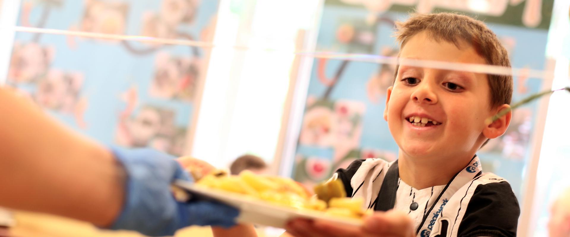 Junge an der Essensausgabe in der MEDIAN Kinder- und Jugendklinik Beelitz