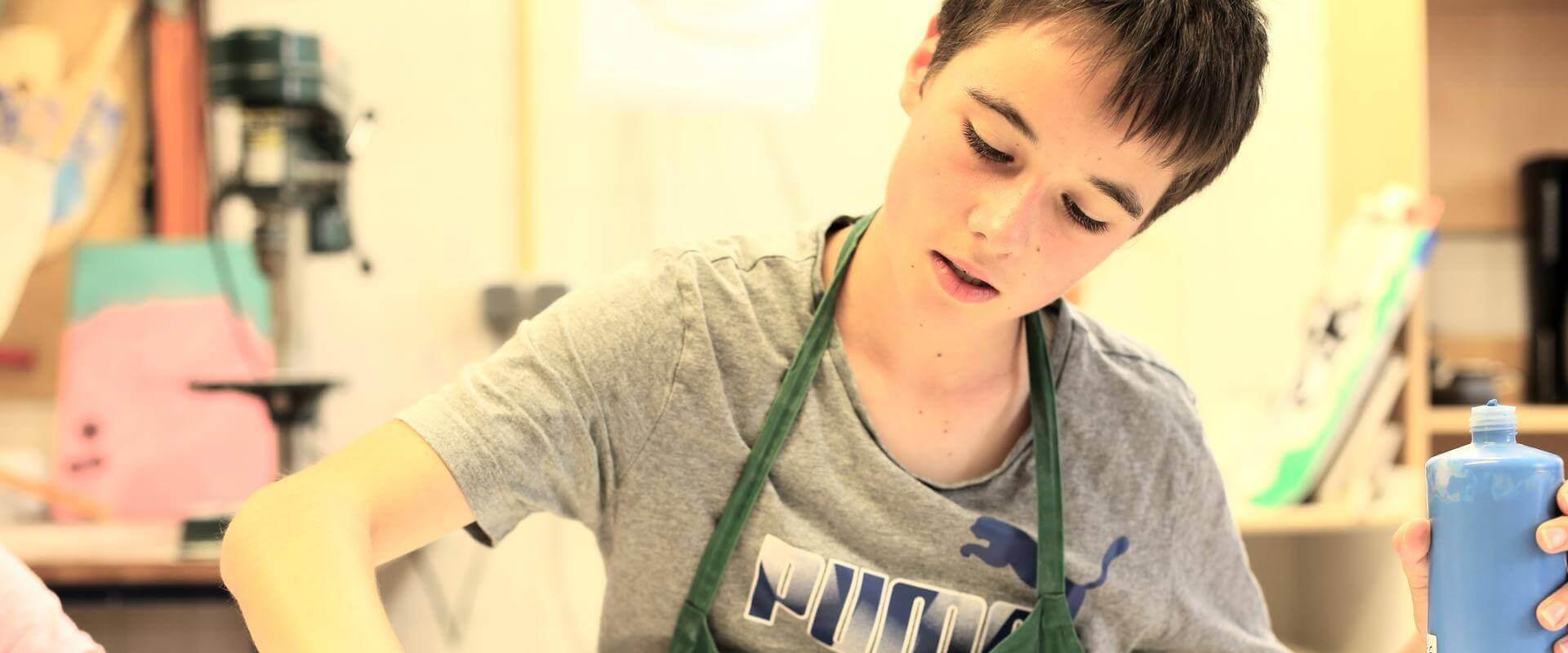 Ein Kind arbeitet in der Werkstatt der MEDIAN Kinder- und Jugendklinik Beelitz