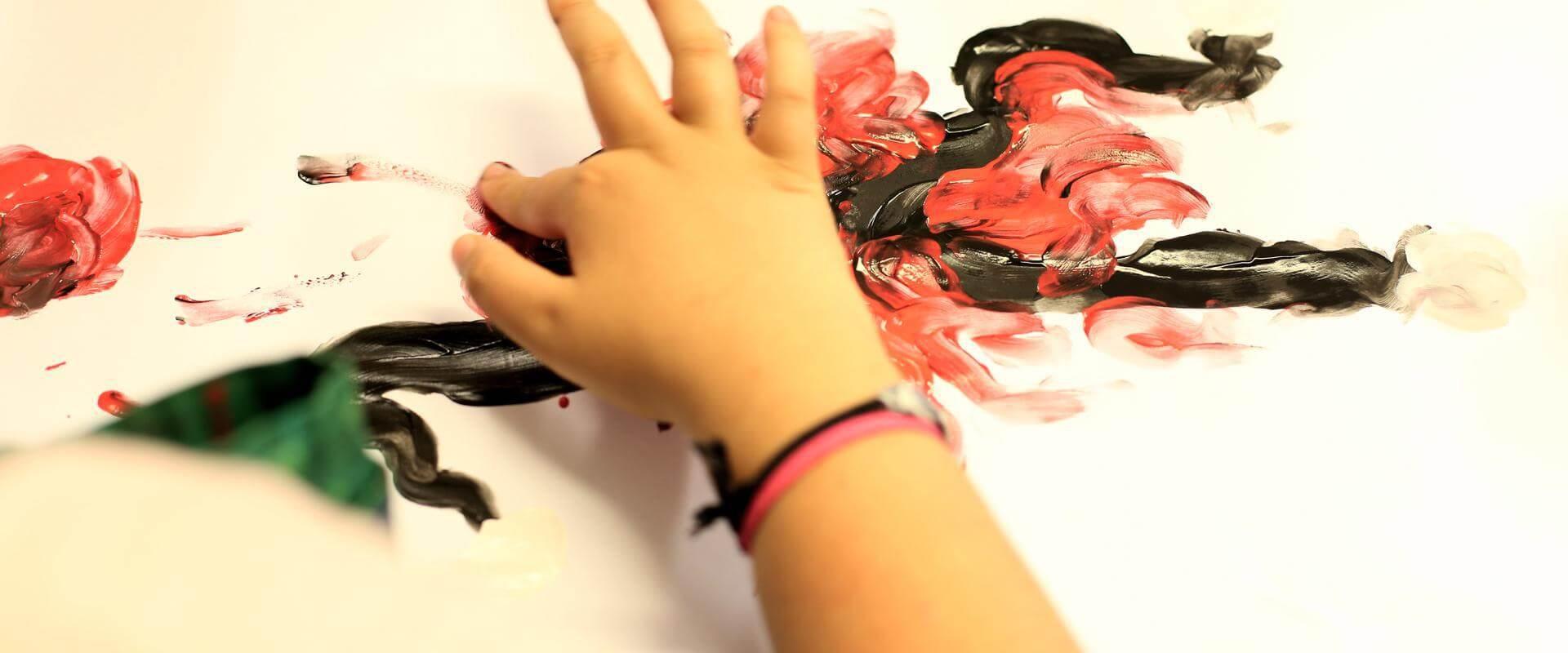 Patientin beim malen in der MEDIAN Kinder- und Jugendklinik Beeltiz