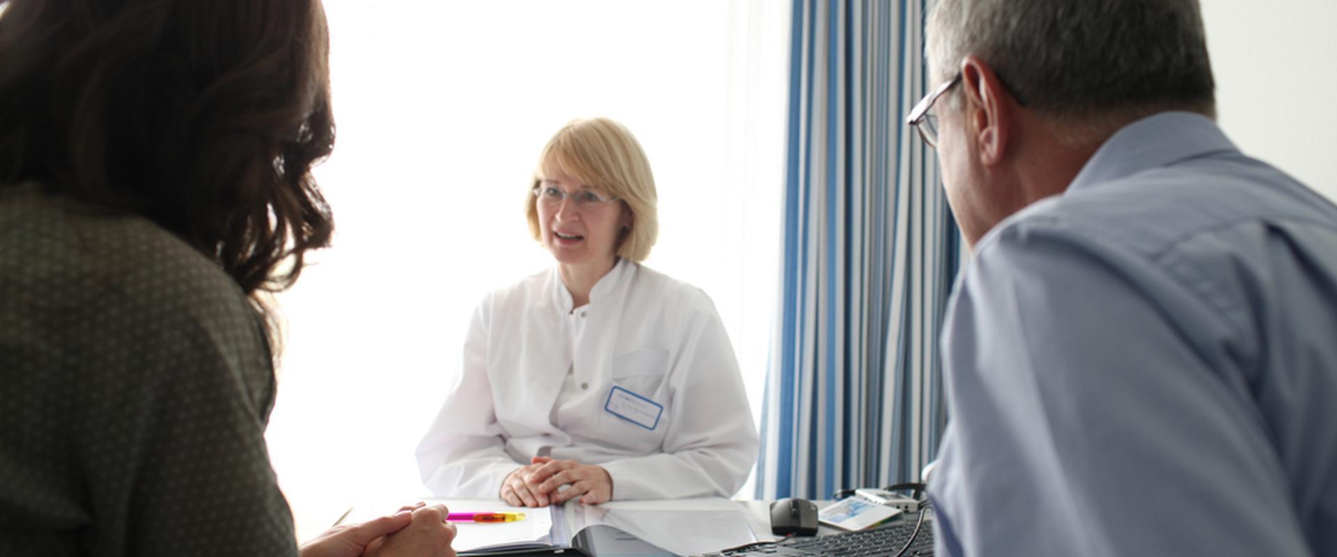 Patienten im Gespräch mit einer Ärztin in der MEDIAN Klinik Berlin-Kladow