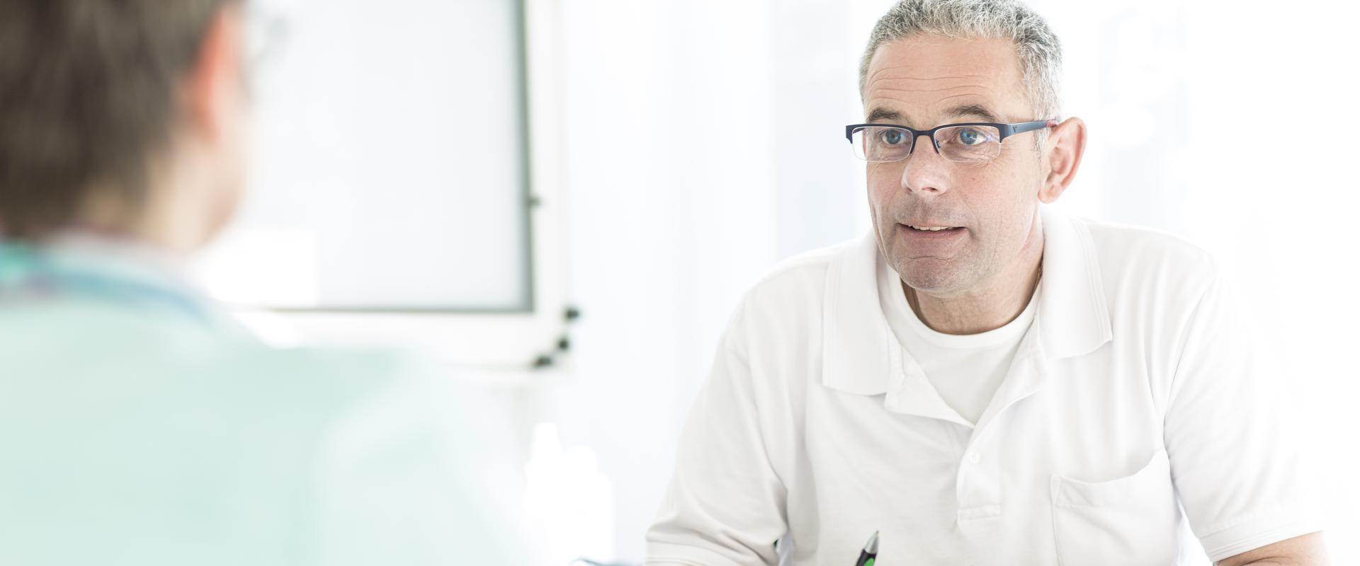 Arzt im Gespräch mit einem Patienten im MEDIAN Reha-Zentrum Bernkastel-Kues Klinik Moselschleife