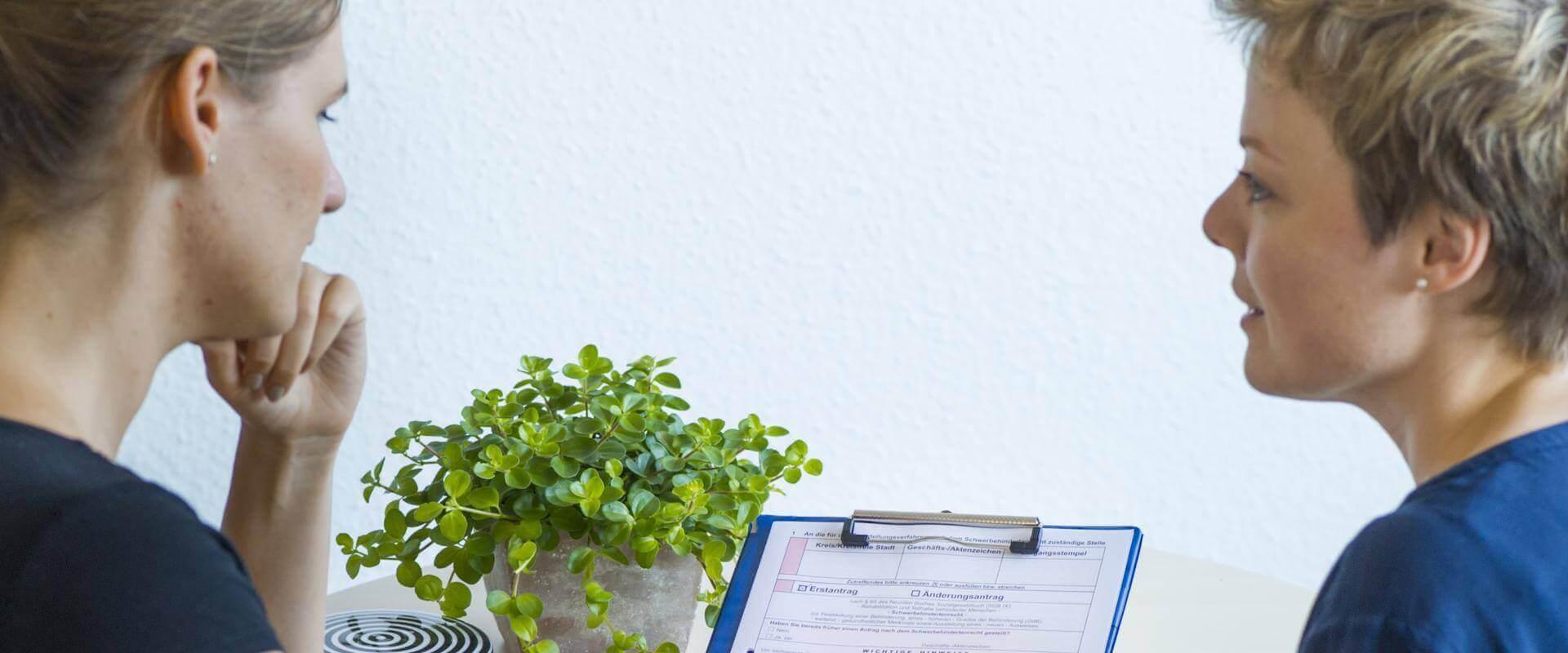 Anmeldungsliste wird von zwei Therapeutinnen gelesen in der MEDIAN Klinik Daun - Altburg
