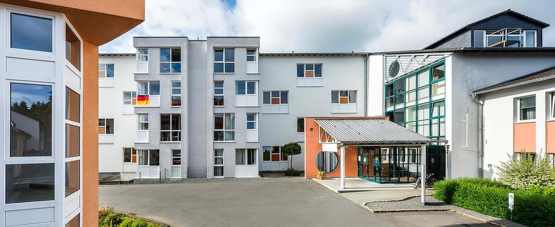 Außenansicht und Eingangsbereich der MEDIAN Klinik Daun am Rosenberg