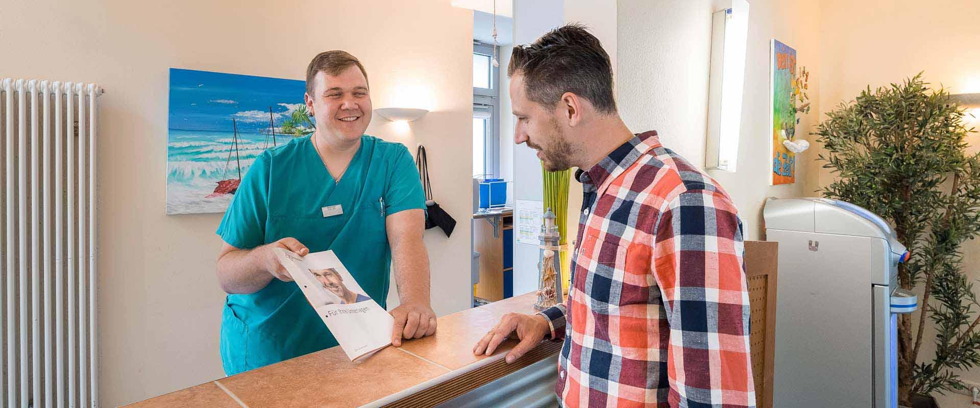 Ein Patient bei der Anmeldung in der MEDIAN Klinik Daun Thommener Höhe