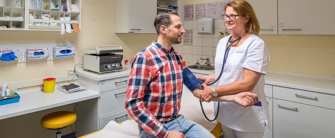 Patient wird von einer Ärztin im Behandlungszimmer untersucht in der MEDIAN Klinik Daun - Thommener Höhe