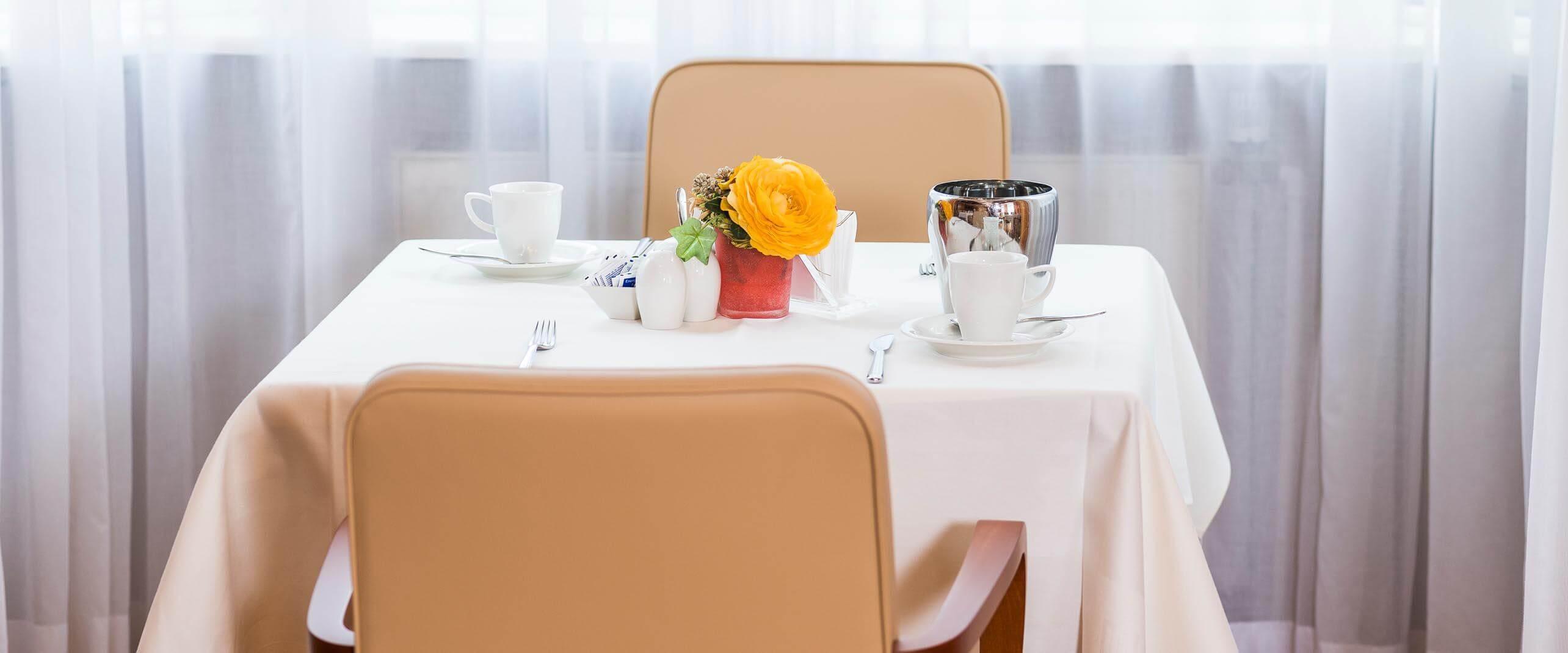 Tisch im Speisesaal der MEDIAN Privatklinik Berggarten Deidesheim
