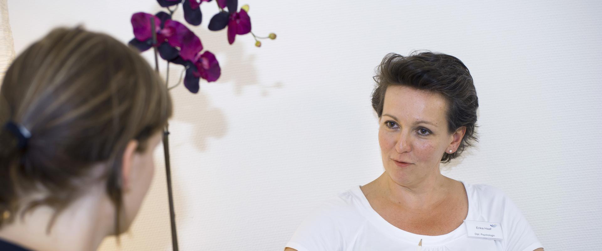 Psychologin im Gespräch mit einer Patientin in der MEDIAN AGZ Düsseldorf