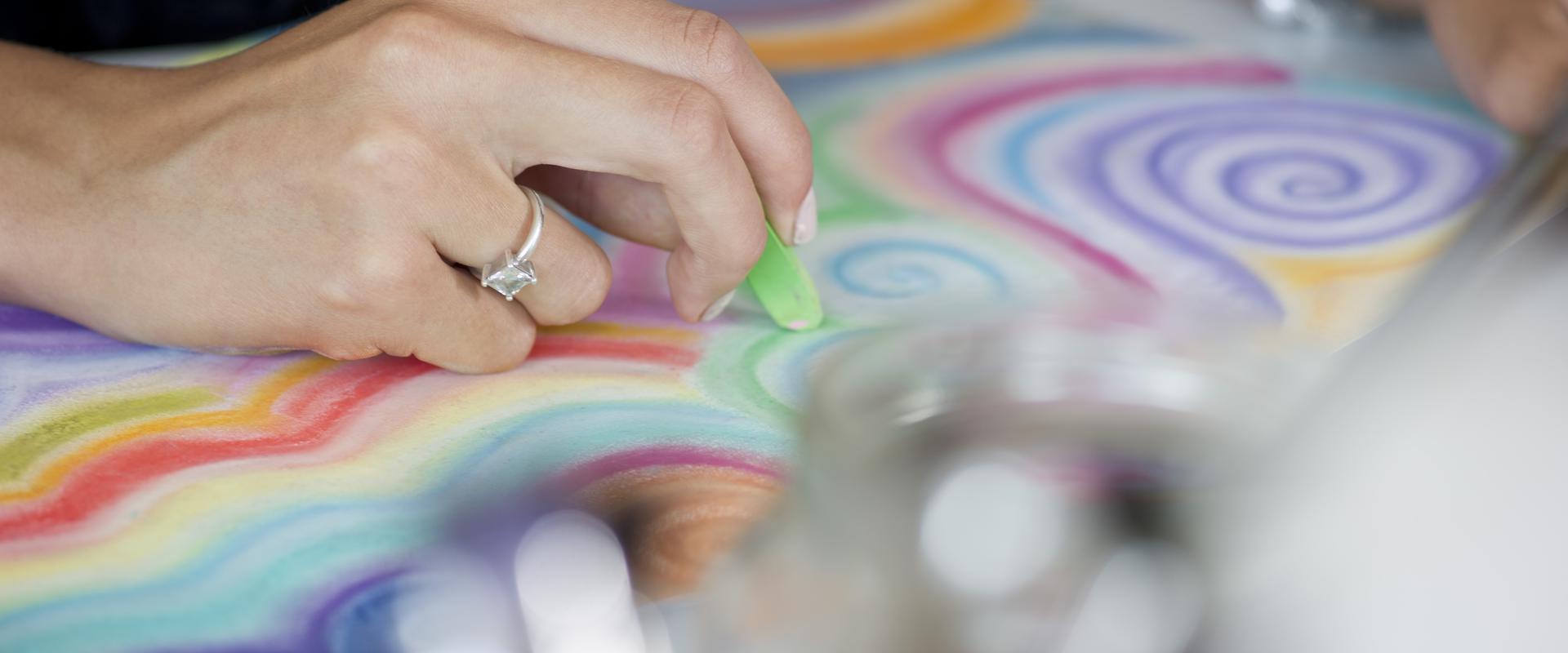 Patientin malt ein Bild in der MEDIAN Klinik Wigbertshöhe