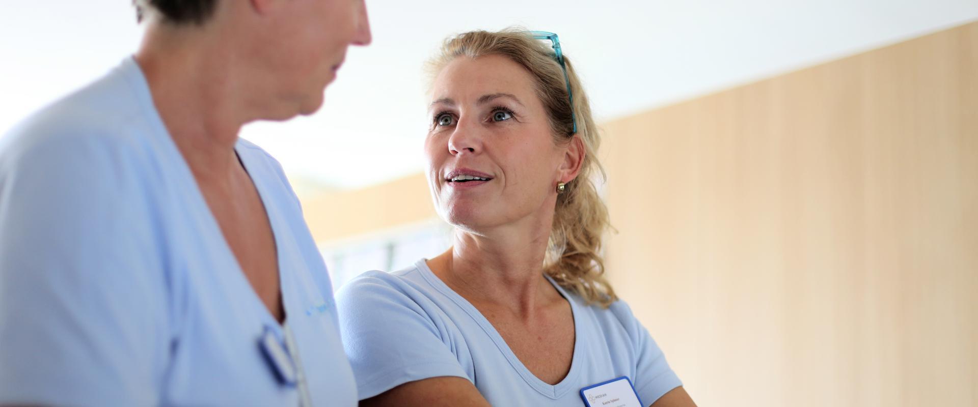 Arzt und Ärztin unterhalten sich miteinander in der MEDIAN Klinik Grünheide