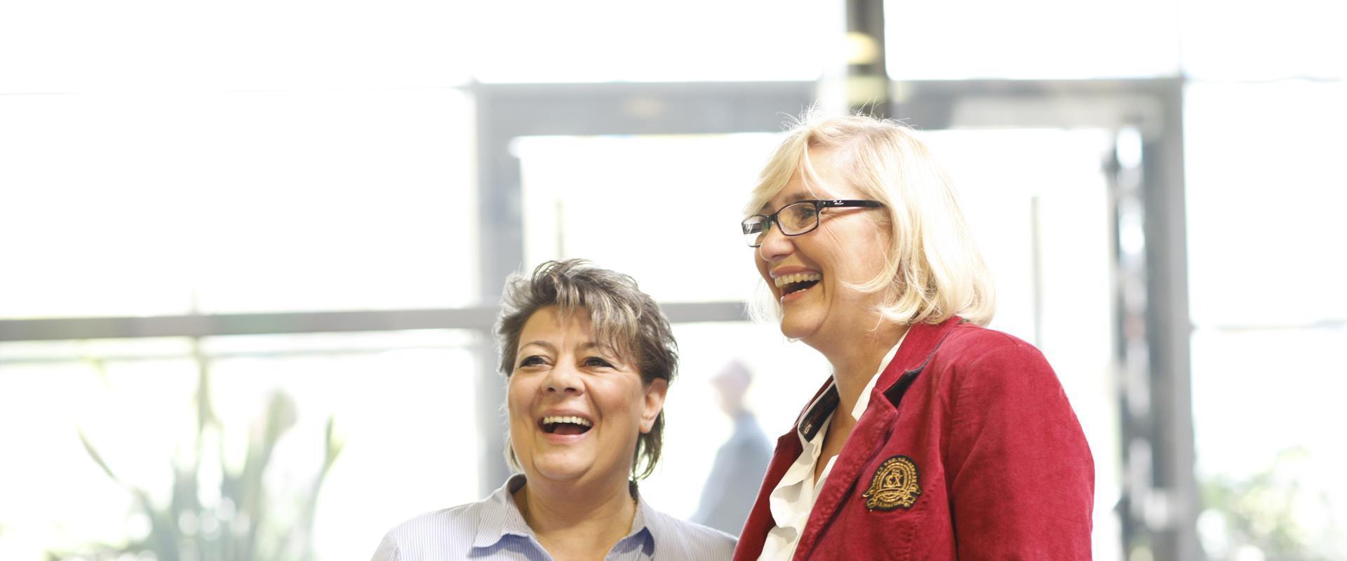 Zwei fröhliche Mitarbeiterinnen der MEDIAN Klinik Gyhum