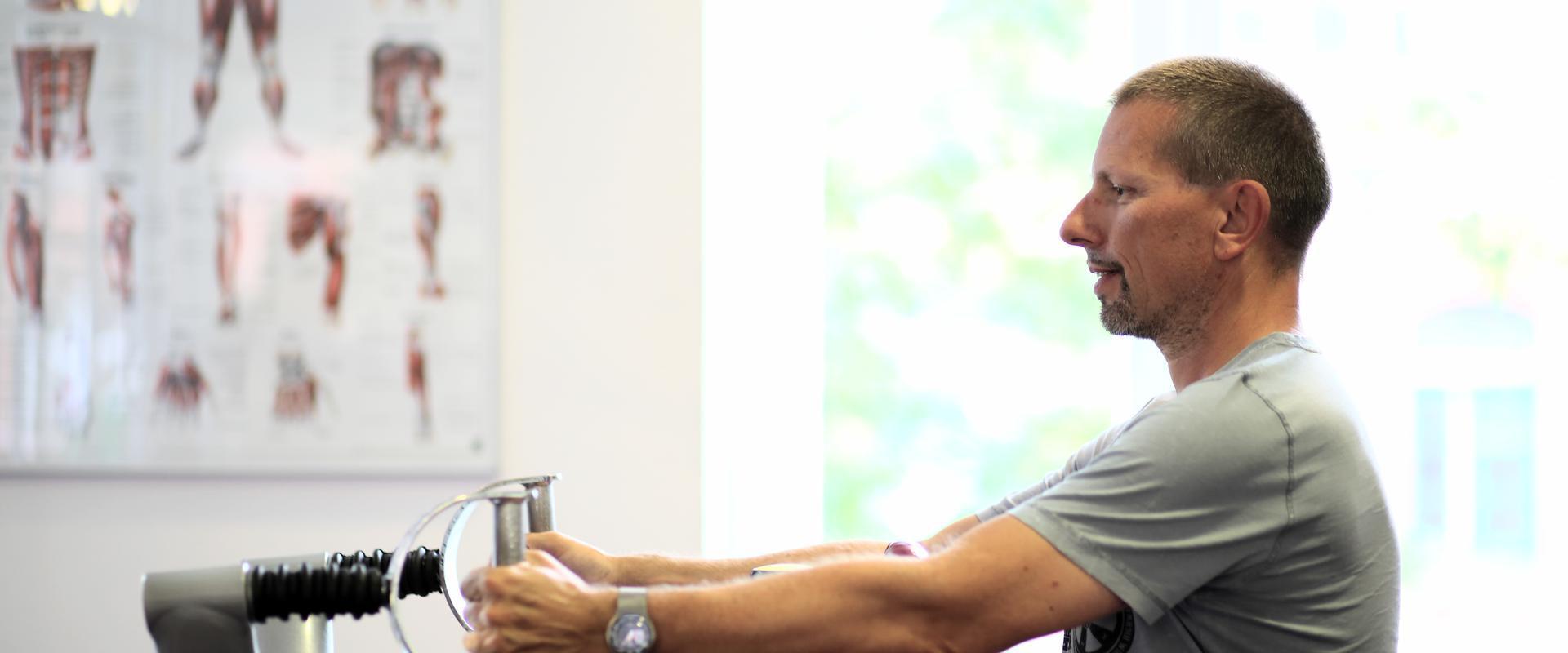 Mann trainiert im MEDIAN Ambulantes Gesundheitszentrum Hannover