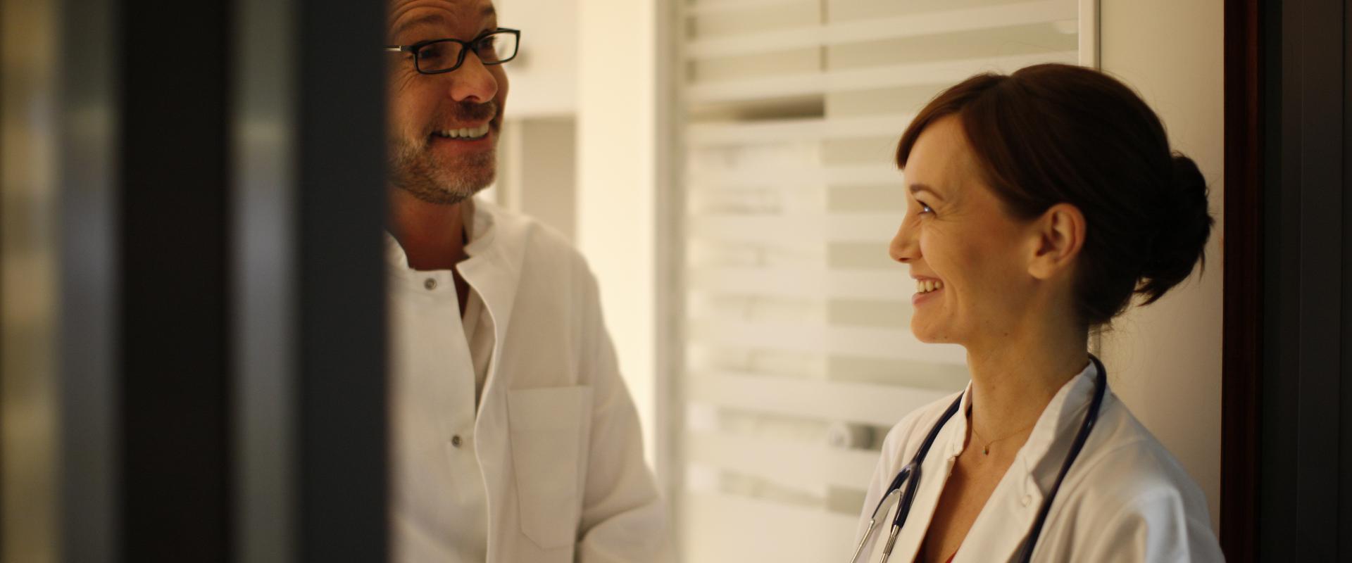 Ärzte unterhalten sich in den MEDIAN Gesundheitsdiensten Koblenz